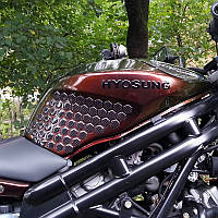 Наклейки на бак мотоцикла боковые соты карбон