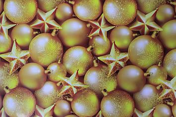 Новогодняя бумага для упаковки подарков с рисунком золотистые шарики размер 1 метр на 70 см 1 шт