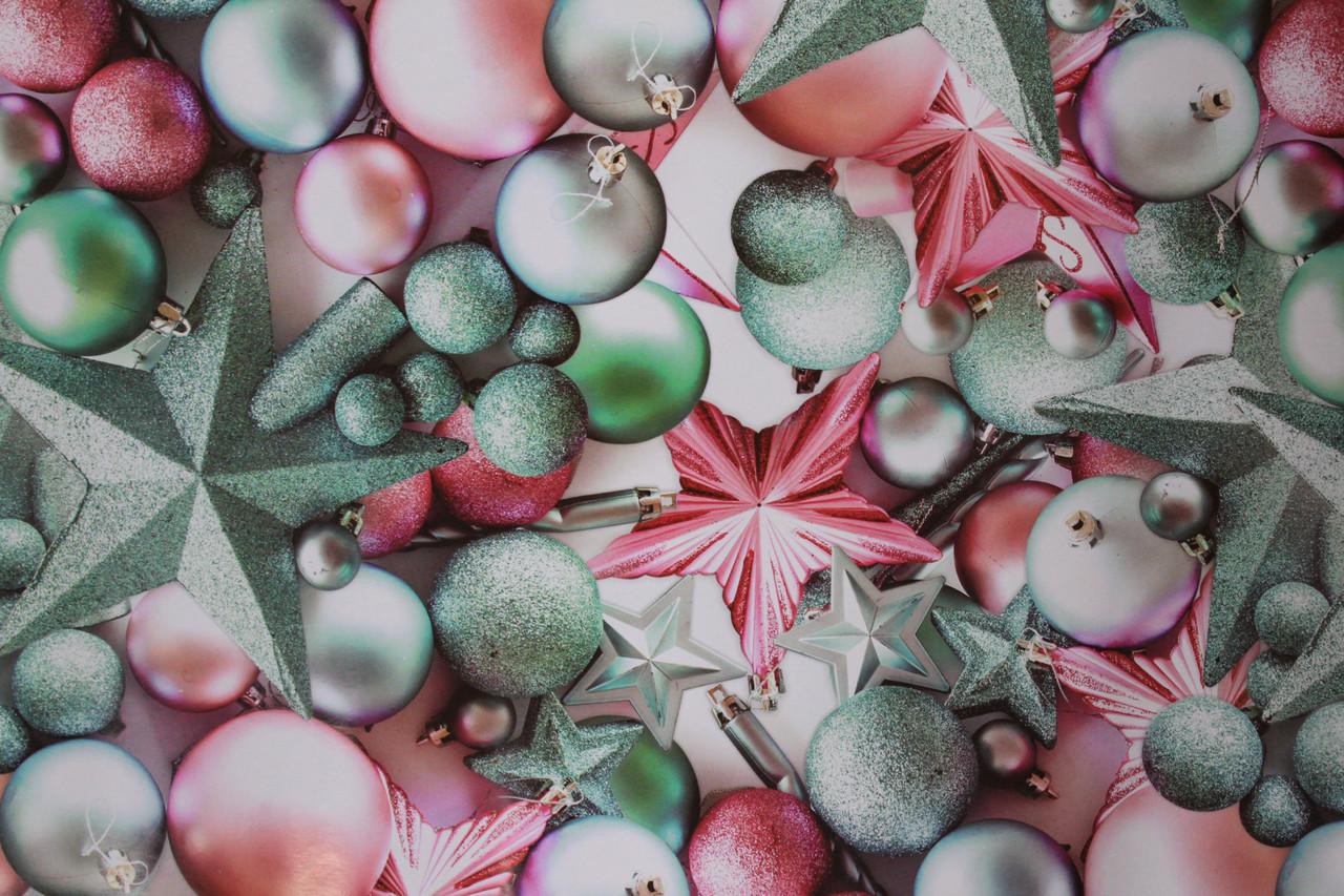 Яркая бумага с рисунком новогодние елочные шары