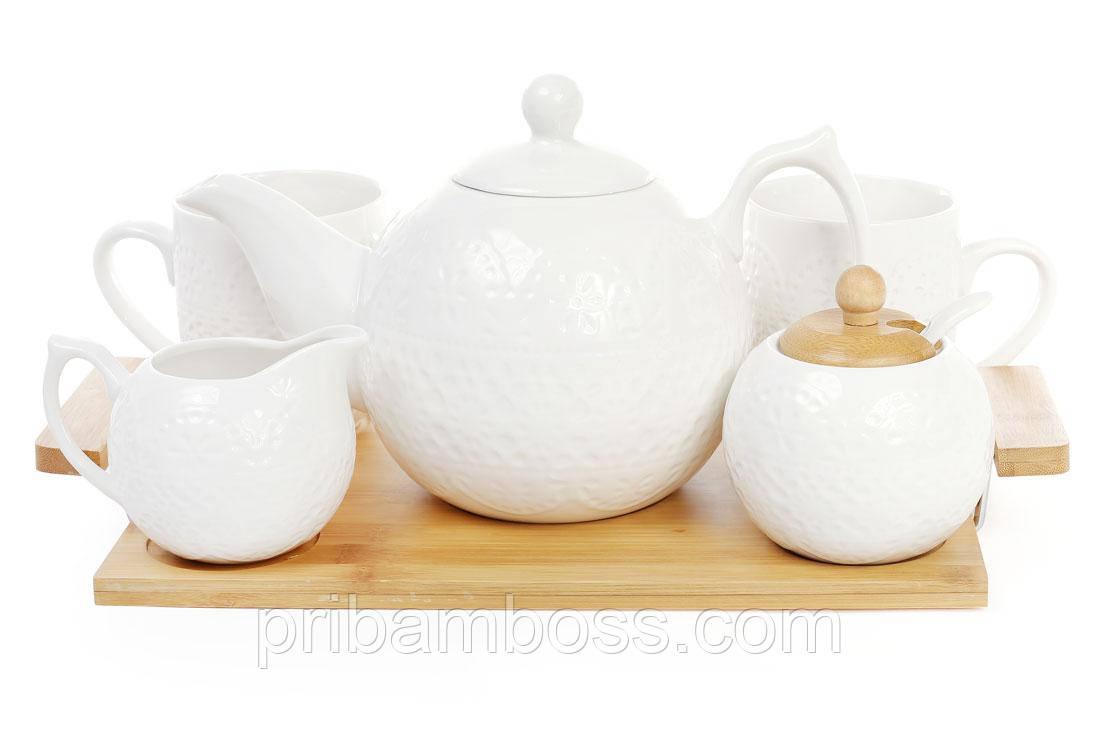 Чайный набор на бамбуковом подносе: чайник, молочник, сахарница с ложкой и две кружки