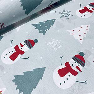 Хлопковая ткань (ТУРЦИЯ шир. 2,4 м) снеговики белые в красных шапках и елочки серые на светло-мятном