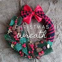 Рождественский венок с шишками и хвоей в шотландском стиле