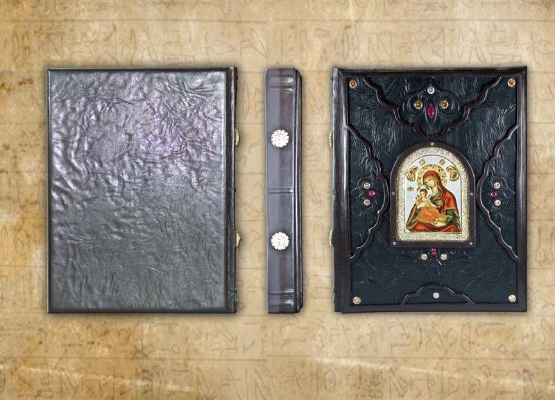 """Книга в кожаном переплете украшена художественным тиснением и камнями """"Христос Воскрес. Евангельская история"""""""
