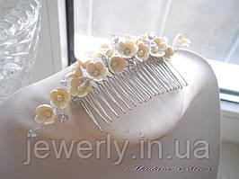 Свадебный гребень с цветами айвори  из  полимерной глины и жемчуга