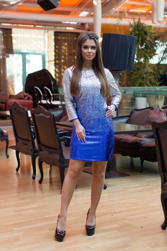 Блестящее яркое платье приталенного силуэта