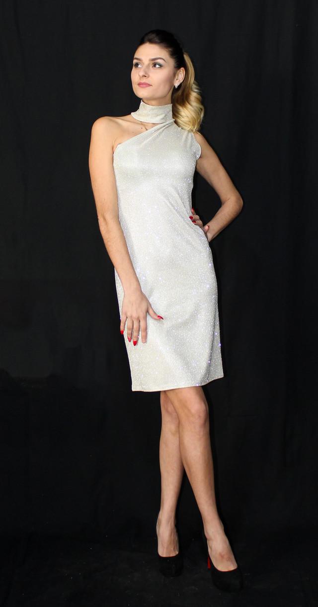 Розкішне блискуче плаття на одне плече