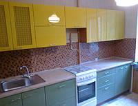 Кухня с глянцевыми и сквозными фасадами МДФ