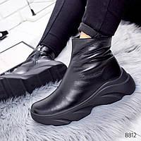 Женские стильные черные зимние ботинки-хайтопы на массивной волнистой подошве из натуральной кожи