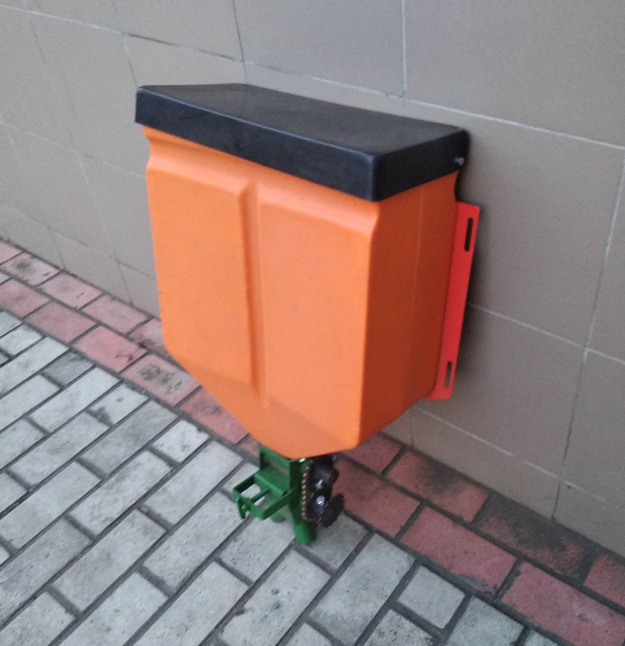 Бак для удобрений к сажалке S-239 с регулятором подачи (Польша, Bomet)