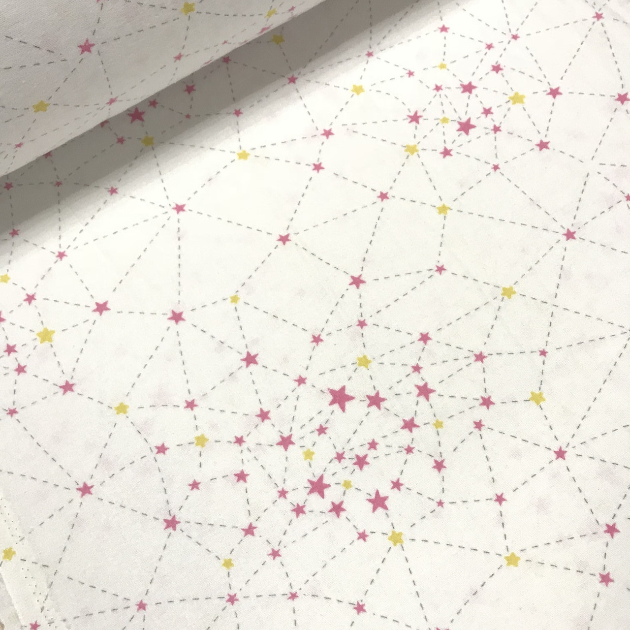 Фланелевая ткань созвездия желто-малиновые на белом (шир. 2,4 м)