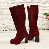 Сапоги демисезонные замшевые бордового цвета на высоком каблуке, декорированы накаткой камней, фото 3