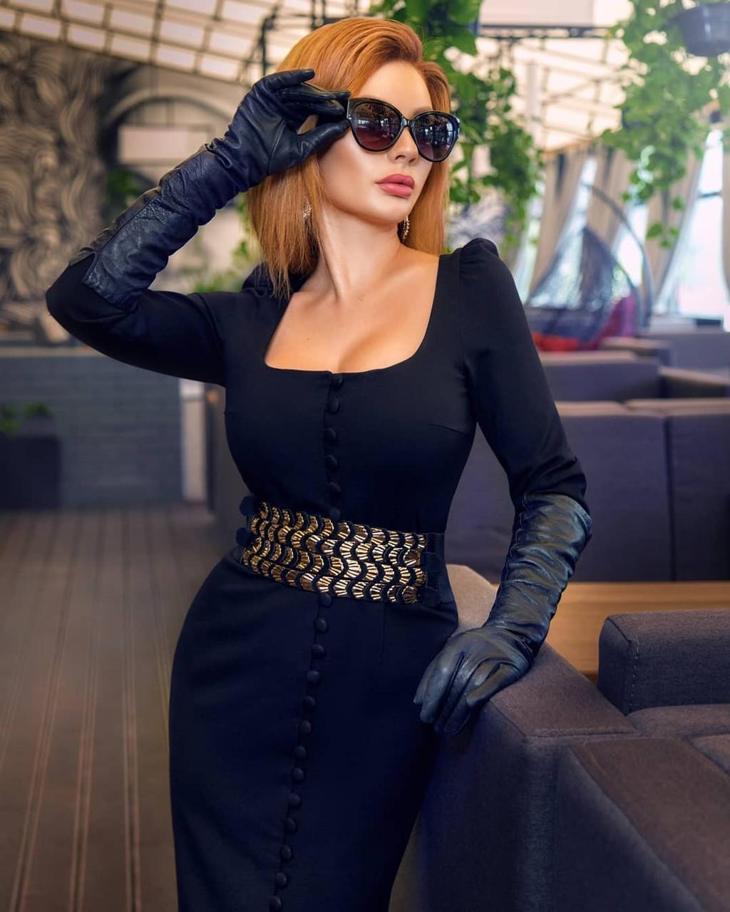 Облегающее платье футляр миди силуэтное сексуальное с декольте на пуговицах черное красное