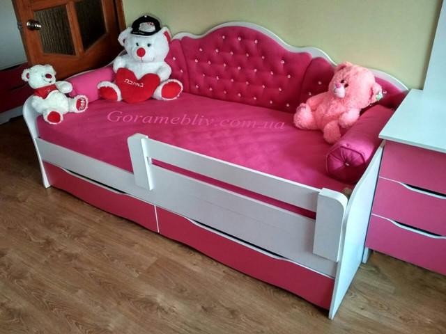 """На фото: детская односпальная кровать """"Л-6"""" с игрушками"""