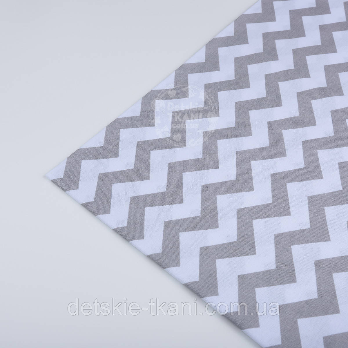 Клапоть тканини №12 з сірим зигзагом, розмір 60*33 см