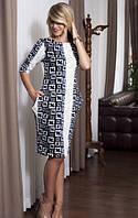 Элегантное женское платье с интересным принтом