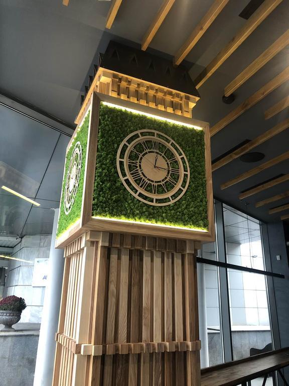 Композиция Биг Бен - часы из мха в дереве,Харьков