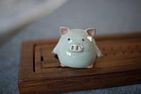 Фигурка, статуэтка чайная  свинка/хрюшка ,керамика, фарфор Жу Яо 230 гр. 7х7,5см. Коробка 8х10см,