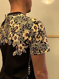Черная арт футболка с иероглифами и цветами