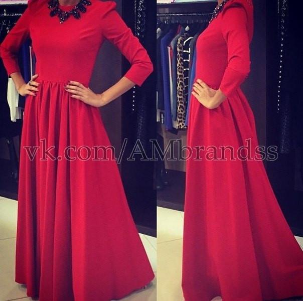 Красное женское платье в пол с длинными рукавами
