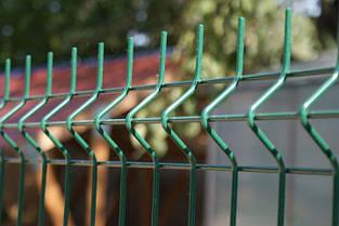 Забор из  Сварной сетки - Секции ограждения: ширина 2500 мм,  Zn + покрытие цвет зелёный RAL 6005