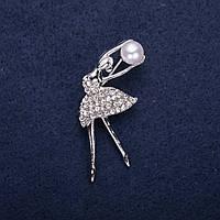 Брошь Балерина с жемчужной бусиной в белых стразах 36х20мм серебристый металл