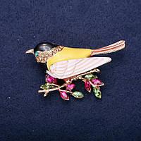 Брошь Птица на ветке стразы эмаль цвет желтый малиновый белый черный 55х34мм золотистый металл