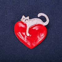 Брошь Котик на сердце белая и красная эмаль 41х44мм желтый металл