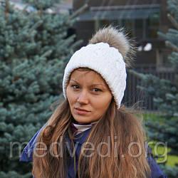 Біла жіноча шапка подвійна з хутряним бубоном