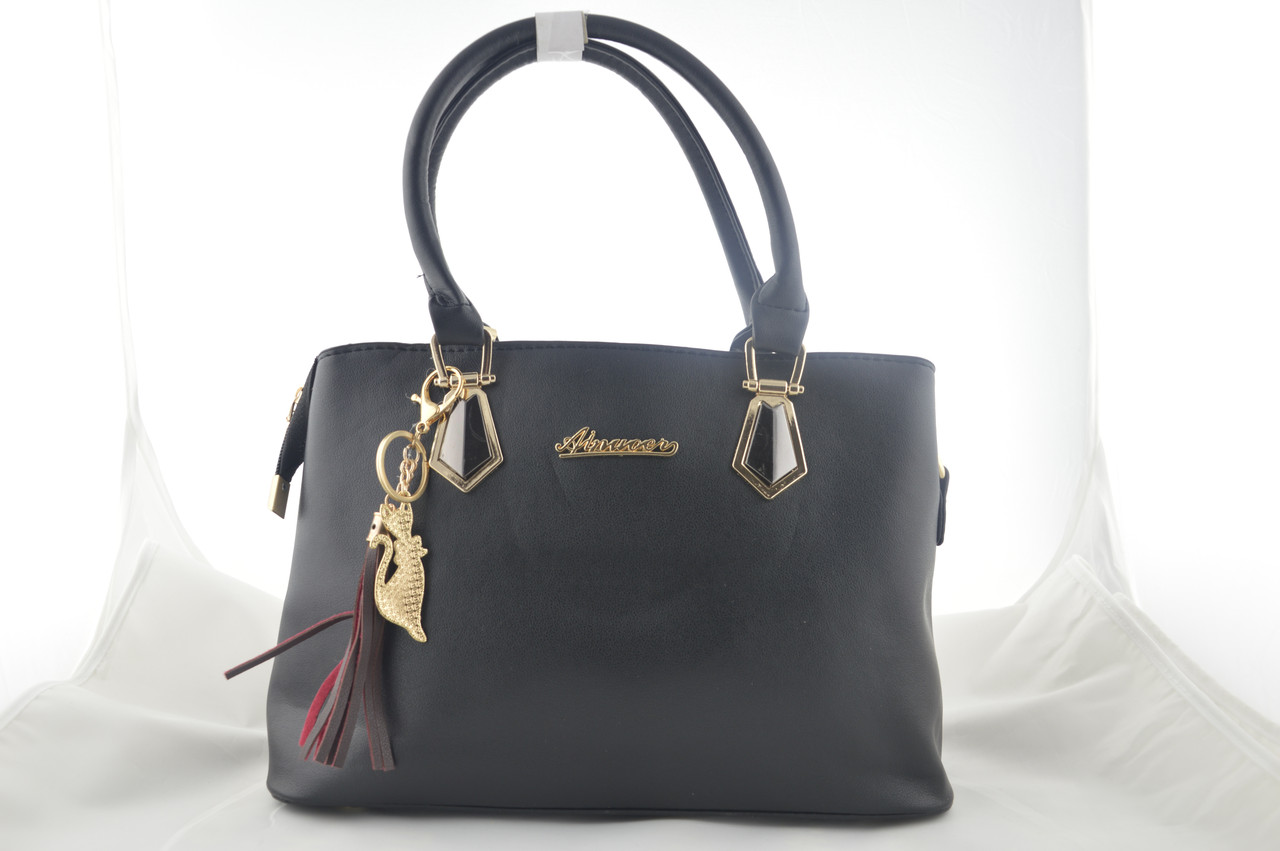 Черная сумка женская с брелком держит форму из эко кожи