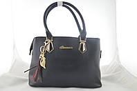 Черная сумка женская с брелком держит форму из эко кожи, фото 1