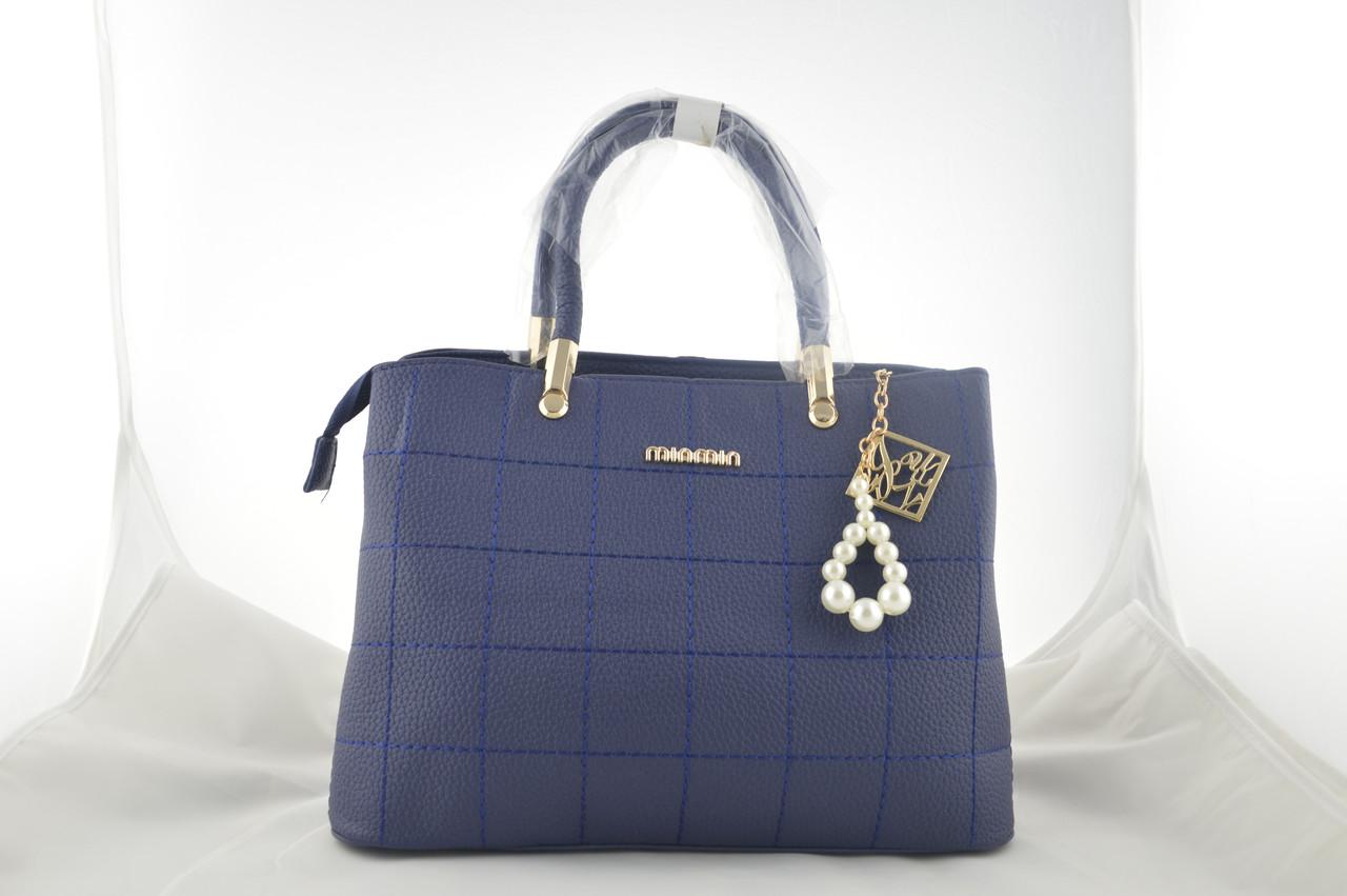 Женская синяя сумка с брелком держит форму из эко кожи