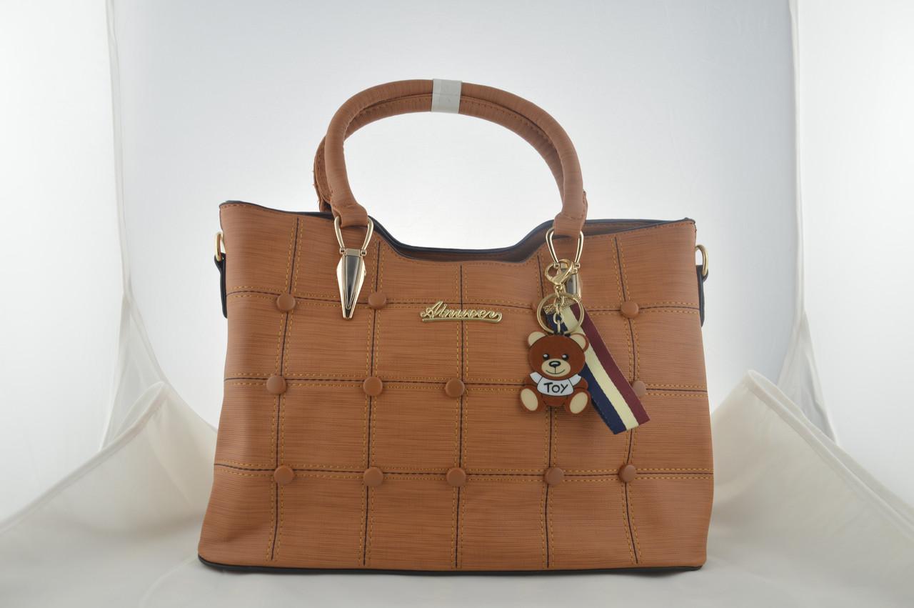 Коричневая женская сумка держит форму из эко кожи