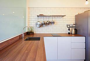 Дерев'яна стільниця на кухні від виробника