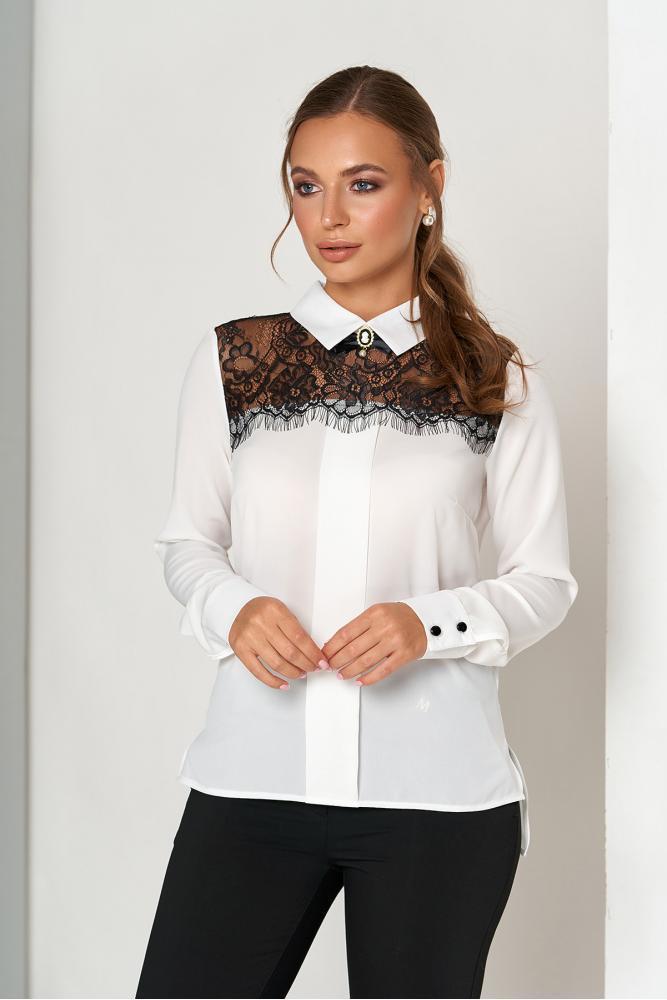Базовая женская блузка с гипюровой вставкой и брошью под воротником цвет молочный