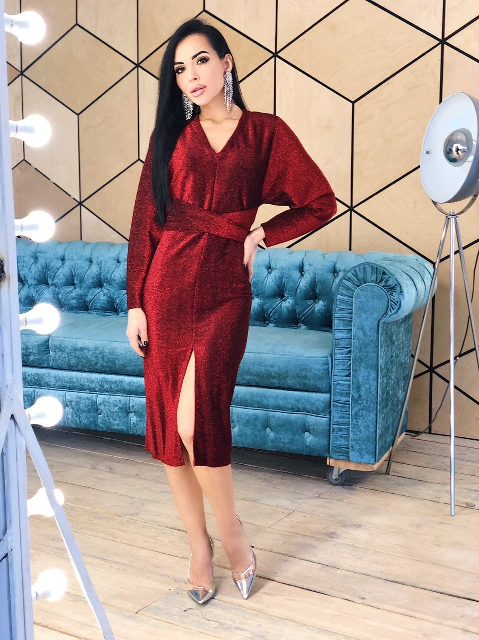 Платье - футляр из люрекса с рукавом летучая мышь и разрезом спереди vN5682