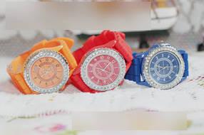 Стильні жіночі годинники з камінням