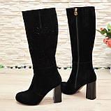 Сапоги женские замшевые черного цвета на высоком каблуке, декорированы накаткой камней, фото 2