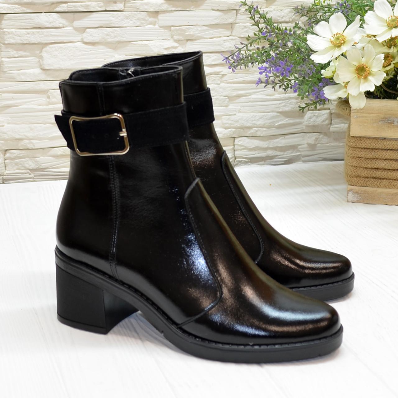Ботинки черные женские лаковые, декорированы замшевым ремешком