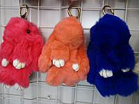 Брелок на ключи - рюкзак Кролики с мехом, 18 см, разные цвета, меховые кролики брелки, меховые зайчики брелки, пампон