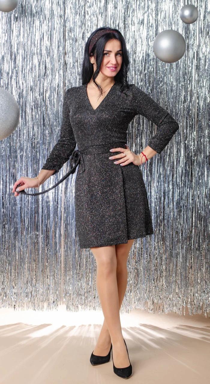 Платье женское нарядное прилегающего силуэта на запах застроченный с V образным вырезом