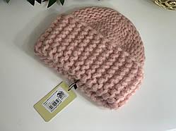 Пудровая женская шапка крупной вязки