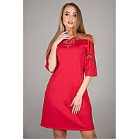 платье красного цвета трапеция слегка свободного кроя украшено ажурным рисунком перфорация