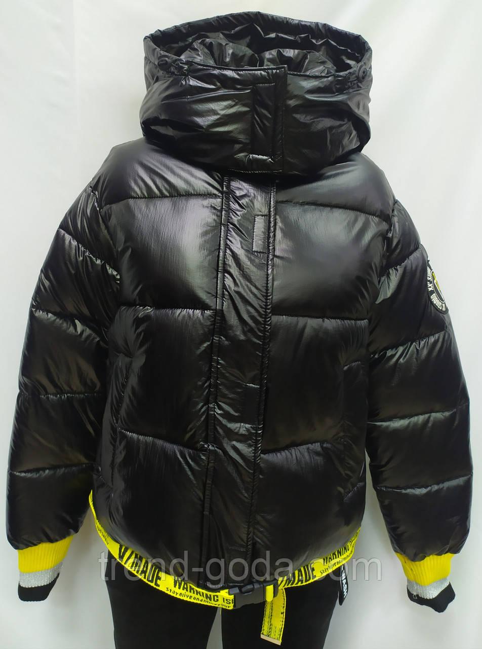 Куртка женская с капюшоном зимняя, черного цвета с желтыми вставками