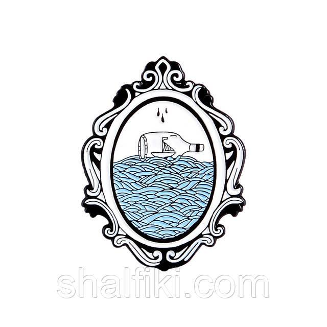 """""""Зеркало с бутылкой в море"""" значок (пин) металлический"""