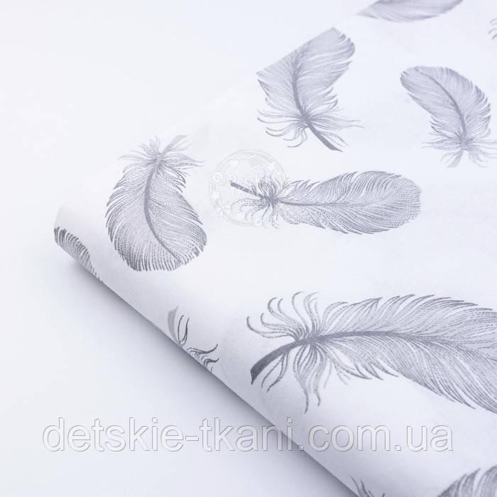 Лоскут ткани с летящими перьями серого цвета на белом фоне, №2379, размер 27*62 см