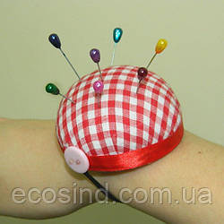 Игольница на руку с резинкой, 6см  (красная в клетку) (653-Т-0067)