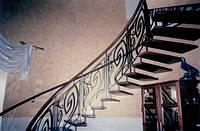 Лестница на больцах, черная сталь, ступеньки – дуб