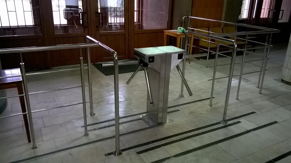 Установка турникета CENTURION в Облгосадминистрации в Полтаве