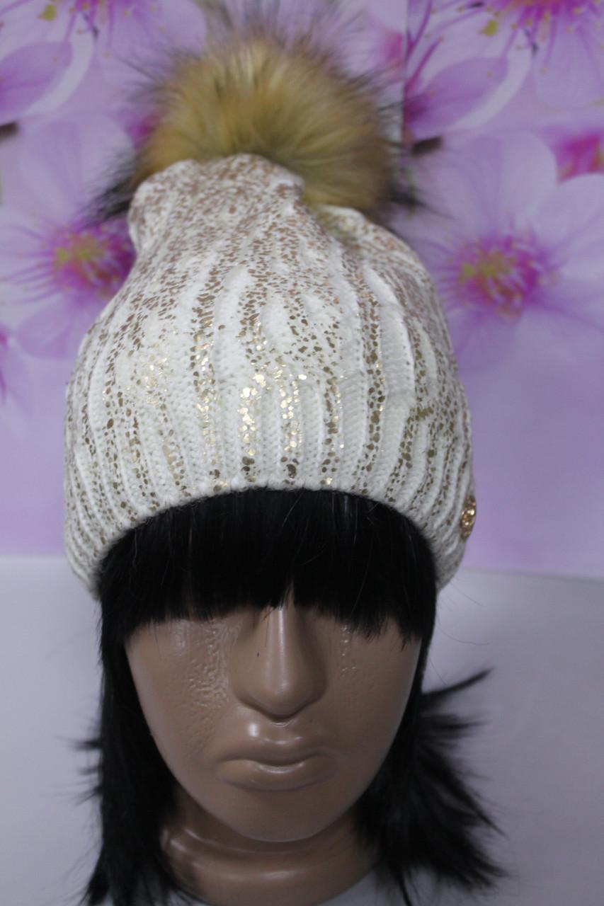 Теплая шапка с меховым натуральным бубоном молочный с золотом