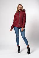 Женская демисезонная куртка на сезон весна - осень приталенного кроя с съемным капюшоном в бордовом цвете.